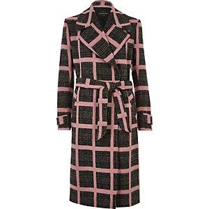 Manteau long à carreaux rose avec ceinture à nouer