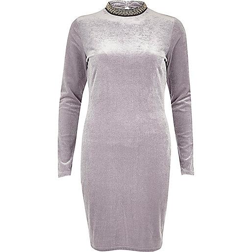 Mini robe en velours gris à col roulé orné de bijoux