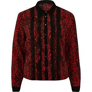 Chemise rouge à imprimé contrastant et volants