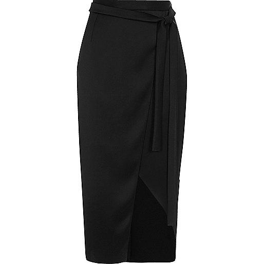 Jupe mi-longue en satin noir style portefeuille