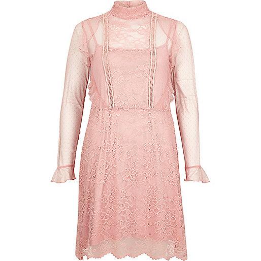 Kleid mit Spitze und Rüschen in Rosa
