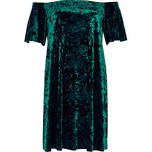 Robe trapèze en velours vert à encolure bardot
