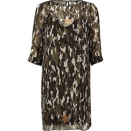 Etuikleid mit Chiffonlage mit Camouflage-Muster in Khaki