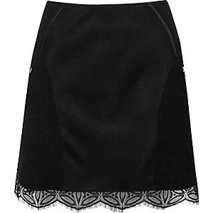 Mini-jupe noire avec ourlet en dentelle