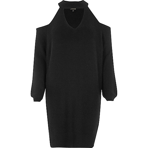 Schwarzes Pulloverkleid mit Schulterausschnitten