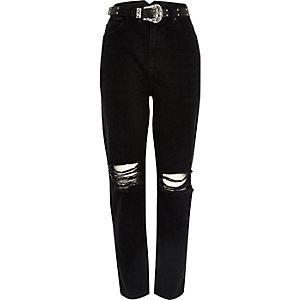 Schwarze Mom-Jeans mit Westerngürtel im Used-Look