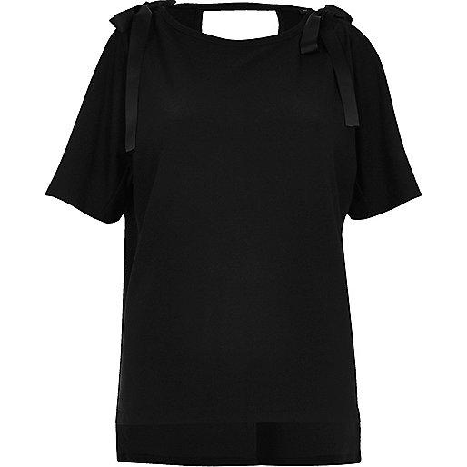 Schwarzes Oberteil mit Schulterausschnitten