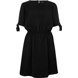 Robe noire avec manches ornées de nœuds