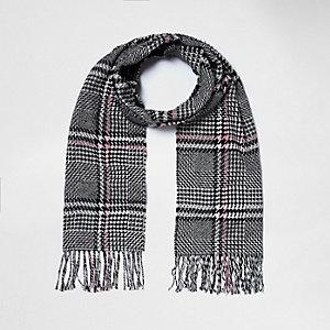 Écharpe à carreaux noire et blanche et franges