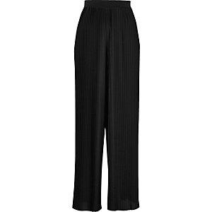 Schwarze, plissierte Hose mit weitem Beinschnitt