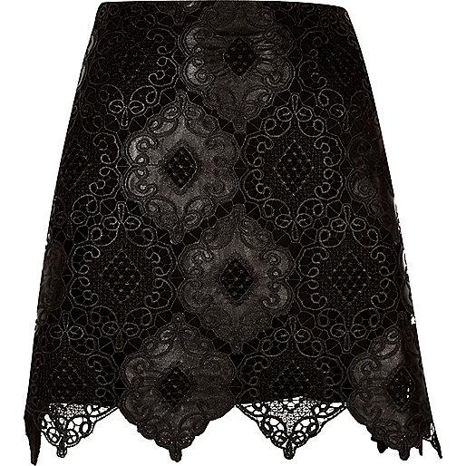 Mini-jupe en dentelle noire à bord festonnés