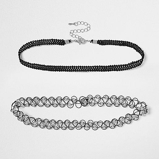 Schwarze und silberfarbene '90er Halsbänder im Set