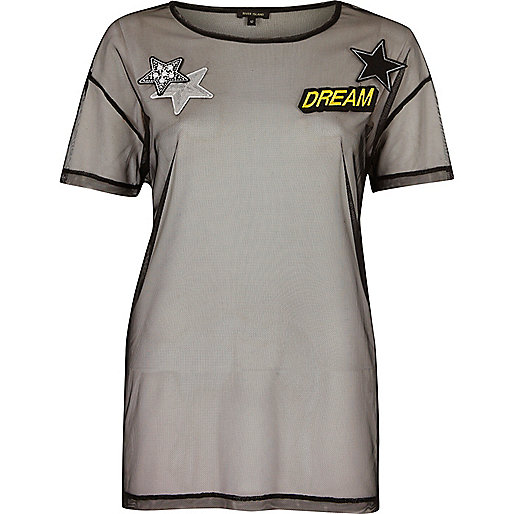 Schwarzes Netzstoff-T-Shirt mit Aufnäher