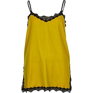 Caraco jaune citron en velours bordé de dentelle
