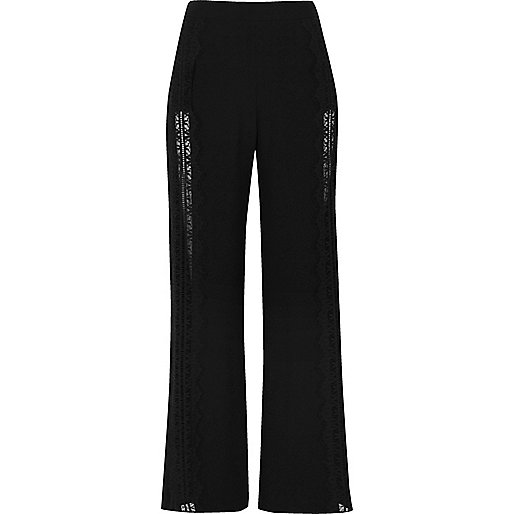 Schwarze Hose mit weitem Beinschnitt und Spitzeneinsatz