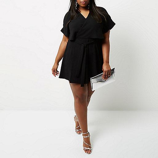 Schwarzes Kleid mit Schulterausschnitten und Rüschen