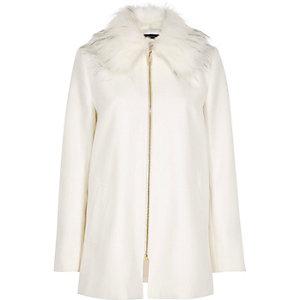 Weißer Mantel mit Kunstfellkragen