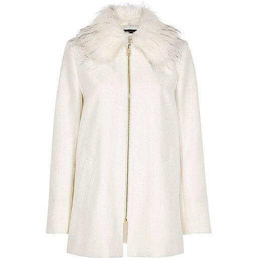 Manteau évasé blanc avec col en fausse fourrure