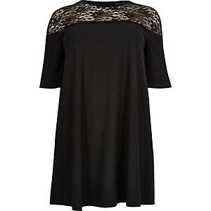 Plus – Schwarzes Swing-Kleid mit Spitzenbahn