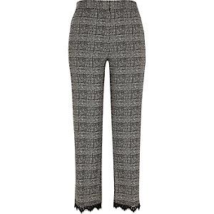 Pantalon gris à carreaux bordé de dentelle