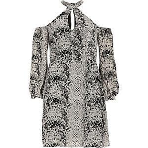 Graues Kleid mit Schulterausschnitten und Schlangenlederoptik
