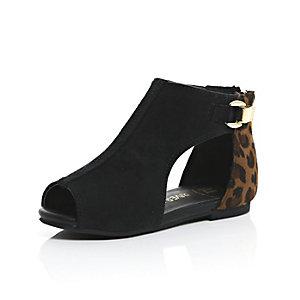 Braune Schuhe mit Zierausschnitten