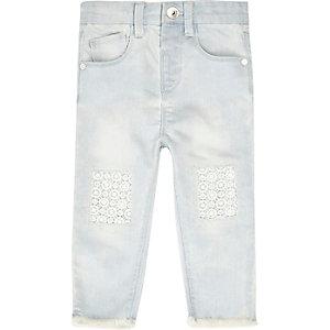 Skinny Jeans mit unverarbeitetem Saum und Häkeldetail