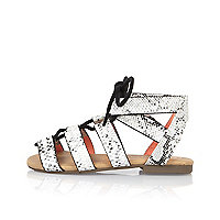 Weiße Sandalen zum Schnüren