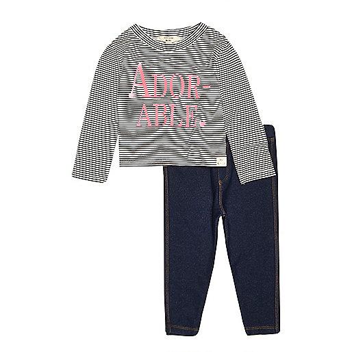 Outfit mit pinkem Oberteil und Jeansleggings