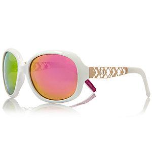 Glamouröse, große Sonnenbrille in Weiß