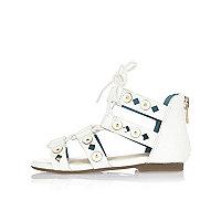 Weiße Sandalen mit Laserschnittmuster
