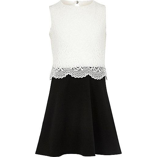 Weißes, doppellagiges Kleid