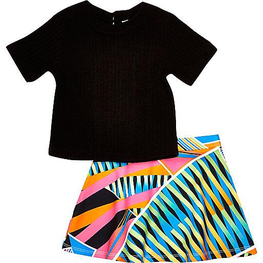 Outfit mit schwarzem T-Shirt und Rock