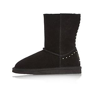 Schwarze, weiche Stiefel mit Nietenverzierung