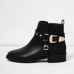 Schwarze Stiefel mit Nietenverzierung und Schnalle