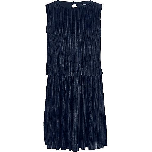 Marineblaues, doppellagiges Kleid mit Plisseefalten