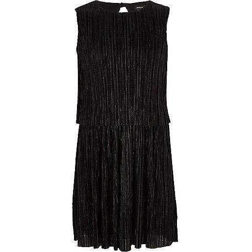 Schwarzes, doppellagiges Kleid mit Plisseefalten