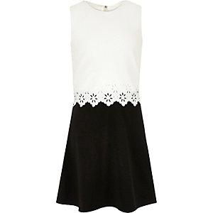 Robe blanche et noire à superpositions et bordures festonnées pour fille
