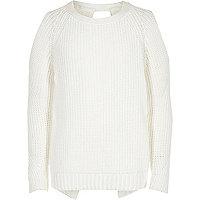 Weißer Pullover mit Schulterausschnitten