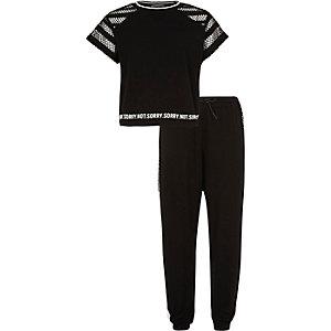 Schwarzes Netzstoff-T-Shirt und Jogginghose als Outfit