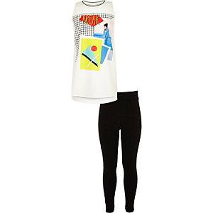 Outfit mit weißem, bedrucktem Tanktop und Leggings
