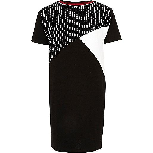 Schwarzes T-Shirt-Kleid mit Blockfarbe