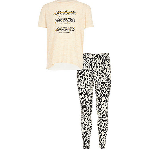 Outfit mit Leggings mit Leopardenmuster