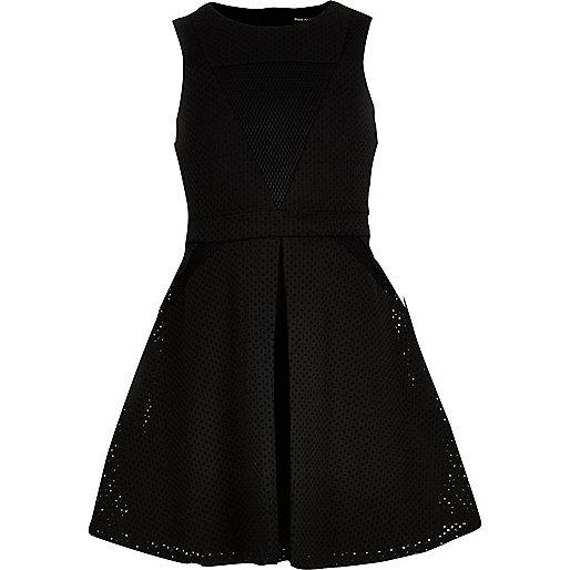 Schwarzes Kleid mit Mesh-Einsatz