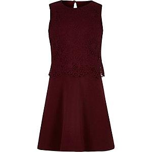 Dunkelrotes Skater-Kleid mit Spitzenlage