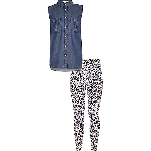 Outfit mit blauem Jeanshemd und Leggings