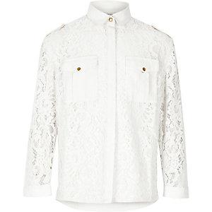 Weißes Hemd mit Spitze und Camouflage-Muster