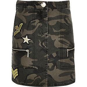 Jupe en jean kaki imprimé camouflage avec écussons pour fille