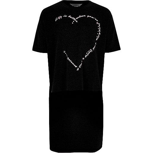 Schwarzes T-Shirt mit abfallendem Saum