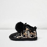 Sneaker mit Camouflage-Muster und Pompons